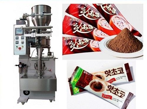 Máy đóng gói cà phê hòa tan: Cà phê hòa tan hiện nay rất được nhiều người ưa chuộng vì nhanh chóng, dễ uống nhất là đối với dân công sở. Để đạt được gói cà phê vệ sinh và an toàn, nhà sản xuất cần có dây chuyền chuyên nghiệp và phải đảm bảo được chất lượng. Vốn dĩ cà phê hòa tan có nguồn gốc từ cà phê bột và hạt nguyên chất. Với phương pháp sản xuất, đóng gói và theo hương vị pha chế sẵn chỉ cần đổ nước sôi vào sử dụng và khuấy đều nên rất nhanh chóng và tiện lợi Về thiết bị: Với thiết kế nhỏ gọn và tiện sử dụng, việc đầu tư máy của doanh nghiệp rất dễ dàng. Máy có thể đóng gói được các loại túi dạng bột khác như: ngũ cốc, bột thuốc cho trẻ em, thức ăn gia súc dạng bột,.... Máy có tính tự động hóa cao nên việc đóng gói rất đa dạng. Có thể đóng gói túi dài dạng que hay dạng túi vuông, làm phong phú mẫu mã đa dạng cho doanh nghiệp