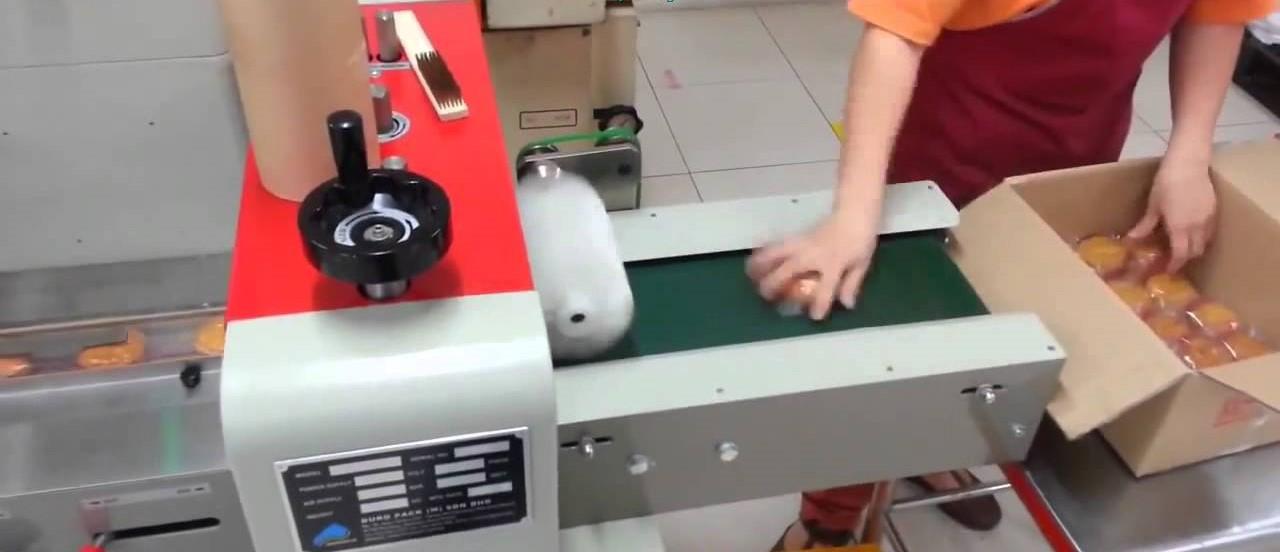 Khi vận hành máy thường có những sự cố ngoài ý muốn và đây là cách khắc phục: Máy đóng gói thực phẩm cũng tương tự như các loại máy, thiết bị sản xuất khác. Trong quá trình sản xuất như khi sử dụng lâu ngày, chắc hẳn máy cũng xảy ra một số sự cố, lỗi nhỏ ngoài ý muốn mà bạn phải khắc phục kịp thời để không làm ảnh hưởng đến toàn bộ khâu sản xuất. Máy đóng gói bánh không hoạt động hoặc bị treo máy: Đây là một trong những lỗi thường xảy ra nhất và nó không chỉ làm ảnh hưởng đến khâu đóng gói mà còn có thể làm chậm tiến độ của toàn bộ quy trình sản xuất. Để khắc phục, bạn cần kiểm tra lại nguồn điện và cầu chì của máy xem còn hoạt động hay không, sau đó bấm lại reset để khởi động lại máy. Sai số ở bộ phận cắt bao đóng gói: Ở một số máy đóng gói, sau khi dán kín miệng bao, máy hay gặp trục trặc ở vấn đề cắt không đúng vị trí của vạch dấu như sai số cài đặt sẵn. Do đó bạn cần phải có một cơ cấu làm nhiệm vụ bù trừ sai số này. Đồng thời nên sử dụng nguồn điện thích hợp theo thiết kế của máy. Ngoài ra, để tăng năng suất hoạt động, giúp máy tránh được những sai sót trong quá trình hoạt động cũng như nâng cao độ bền khi sử dụng, bạn cũng nên vệ sinh máy sau khi sử dụng và bảo hành máy theo định kỳ. Bảo dưỡng máy bằng cách tra dầu nhẹ để máy chạy ổn định, nên đặt máy ở nơi khô ráo, ít bụi bẩn, ẩm ướt. Chú ý những điều này khách hàng sẽ có thể lắp đặt được máy một cách chính xác.