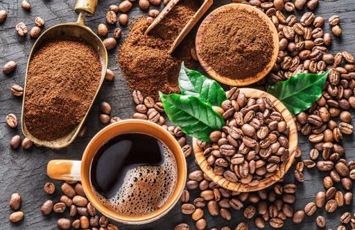 Tại sao cà phê được đóng gói lại bảo đảm được chất lượng? Cà phê chứa rất nhiều hợp chất thơm ngon nhưng sau khi xay lớp bảo vệ bên ngoài cà phê không còn. Chính vì vậy các hợp chất bên trong dễ bay hơi, chính điều này gây khó khăn cho quá trình bảo quản. Các yếu tố ảnh hưởng lớn hương vị cà phê như: Không khí. Hơi ẩm. Nhiệt độ. Ánh sáng. Đây là bốn yếu tố tác động trực tiếp đến việc bảo quản. Với các máy đóng gói tiêu chuẩn thì 4 yếu tố này được kiểm soát và xử lý được. Việc sử dụng bao bì sẽ giúp ngăn ánh sáng chiếu trực tiếp vào sản phẩm, ngăn độ ẩm và không khí tiếp xúc với cà phê. Ngoài ra, nó sẽ có chức năng nhốt hương vị lại bên trong bao bì. Trước đây khi chưa có máy đóng gói thì cà phê rang xay được bảo quản bằng tay, xảy ra nhiều lỗi. Quá trình bảo quản không được tốt, sản phẩm nhanh hư và hương vị không thơm ngon. Từ khi máy đóng gói cà phê rang xay ra đời, nhờ đó quá trình đóng gói hoàn toàn chính xác với quy trình khép kín và đúng kỹ thuật. Nhờ đó, hương vị và thời gian sử dụng của sản phẩm này được tăng lên rất nhiều. Trong các công ty sản xuất cà phê, ngoài máy đóng gói cà phê hạt, thì có thể dùng thêm máy cà phê bột để hoàn thiện các sản phẩm được xay nhuyễn. Khác với cà phê hạt, cà phê bột được xay ra phải đảm bảo quá trình giữ ẩm và mùi vị khi sản phẩm đến tay người tiêu dùng. Những chiếc mày đóng gói cà phê hạt giúp cho việc đóng gói thành phẩm nhanh gọn và hút chân không để đảm bảo mùi vị trong quá trình lưu thông hàng hóa trên thị trường. Sản phẩm cà phê có thể ngon nhưng nếu để lâu trong quá trình lưu thông sẽ làm giảm chất lượng của nó. Vì thế, chức năng của chiếc mày đóng gói này sẽ làm cho nhà sản xuất yên tâm với chất lượng sản phẩm, và người tiêu dùng cũng cảm thấy an tâm hơn khi sử dụng cà phê.