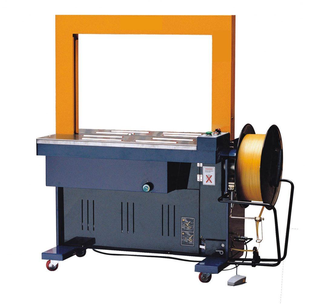 """Máy đóng gói dây đai nhựa tự động: Dòng máy này là sản phẩm toàn diện nhất trong số các loại máy mà chúng tôi giới thiệu với khả năng làm việc hoàn toàn tự động. Máy được trang bị một khu vực hoặc hệ thống băng tải cho phép đặt thùng hàng lên vị trí cần đóng. Sau đó, kỹ thuật viên vận hành chỉ cần đạp chân vào bàn đạp được tích hợp ngay trên máy là đai sẽ tự động đóng và siết chắc chắn vào thùng hàng. Một số loại máy tự động xịn xò sẽ tích hợp một cảm biến bên trong giúp hoạt động đóng được diễn ra tự động 100%. Máy thường được nhà sản xuất chế tạo bằng chất liệu hợp kim thép chất lượng cao giúp chống được nhiều tác nhân bên ngoài, tăng tuổi thọ sản phẩm.  Máy đóng dây đai nhựa có 3 chức năng chính hay được sử dụng: để cố định vào một pallet, để kết nối các bưu kiện với nhau, và để tăng thêm sức bền cho bưu kiện đóng gói. Do đó nó có ứng dụng rất lớn trong công việc hoàn thiện đóng gói.Nó có thể được sử dụng để bảo đảm hầu hết mọi thứ được nguyên vẹn. Từ các sản phẩm dễ vỡ đến các thùng hàng cồng kềnh.  Sau khi thùng hàng carton đã được dán băng dính. Việc đóng dây đai nhựa cho thùng hàng nên được áp dụng. Nó sẽ rất có ích lợi trong việc di chuyển thùng hàng đi xa. Nó làm tăng tính nguyên vẹn cho thùng hàng của bạn. Sản phẩm đến tay khách hàng luôn đảm bảo độ chuyên nghiệp cao.     Một số thông tin kỹ thuật số của máy đóng gói dây đai nhựa tự động: Máy đóng đai nhựa tự động  50-800N (11-1801bf) có thể điều chỉnh   Tốc độ máy đóng đai  2.3s/lần   Chiều rộng dây đeo  6-15mm   Pattem chung  Sưởi ấm Jjoint   Kích thước vòm  W850 × H600mm (W33,5 × H23,6 """")   Kích thước dây đeo tối đa  W820 × H30mm (W32,3 × H1,2 """")   Kích thước dây đeo tối thiểu  W80 × H30mm (W3,1 × H1,2 """")   Trọng lượng gói tối đa  35kg (77,1lbf)   WorkingTableHeight  H830mm (32,6 """")   Nguồn cấp  220V, 380V / 50-60Hz, 3 pha   Sự tiêu thụ năng lượng  0,85KVA   Kích thước máy  L1410 × W600 × H1540mm (L55,5 × W23,6 × H60,6 """")   Trọng lượng máy  215kg (474lbf)"""