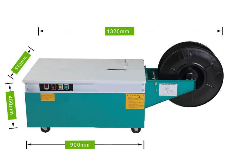 3. Đóng gói được cho hàng nặng đến 90kg và kích thước đáy thùng đến 1m: Mặt bàn đóng gói được làm từ tấm thép dày kích thước (D)730mm*(R)570mm. Tấm thép được sơn tĩnh điện này được đặt lên trên hệ thống khung vỏ chắc chắn của máy. Với kích thước này, máy có thể dùng đóng gói cho thùng hộp với kích thước đáy đến 1m. Hệ thống vỏ máy được làm từ tấm thép dày mạ sơn tĩnh điện. Các vị trí bẻ góc của máy được gia cường thêm thanh chống và tấm thép tăng cứng. Ở giữa thùng máy được bổ sung thanh thép tăng cứng gia cường. Độ cứng và độ ổn định tổng thể cho toàn bộ thân máy được tăng lên khá nhiều nhờ vào những chi tiết này. Vì vậy máy có thể chịu được tải trọng đóng gói lên đến 90kg. Máy đóng dây đai nhựa không hạn chế về chiều cao đóng gói. Miễn thỏa mãn yêu cầu về mặt đáy và trọng lượng chịu tải của mặt bàn. Nếu doanh nghiệp của bạn có những kiện hàng quá khổ, nhu cầu đóng gói ít hơn. Hoặc cũng có thể mặt bằng không đủ rộng để bố trí chiếc máy này. Máy đóng đai cầm tay khi đó sẽ là một lựa chọn rất hợp lý để bạn cân nhắc.