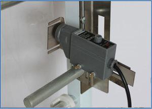*** Cảm biên quang: Ứng dụng đọc vạch của các cuộn màng đã thiết kế có in bao bì sẵn đảm bảo độ chính xác cho vị trí cắt của bào bì. Cơ cấu hàn ép miệng túi trên, dưới và cắt túi Được hãng thiết kế cơ cấu cớ khí chính xác tỉ mỉ, phần lắp đặt thanh hàn nhiệt được lắp đặt trên tấm Bakelite để hạn chế tối đa nhiệt độ của thanh hàn nhiệt ảnh hưởng tới các bộ phận khác của máy. Từ thiết kế đó làm nâng cao hiệu quả máy chạy và sự ổn định.