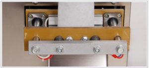 *** Cơ cấu hàn ép miệng túi trên, dưới và cắt túi: Được hãng thiết kế cơ cấu cớ khí chính xác tỉ mỉ, phần lắp đặt thanh hàn nhiệt được lắp đặt trên tấm Bakelite để hạn chế tối đa nhiệt độ của thanh hàn nhiệt ảnh hưởng tới các bộ phận khác của máy. Từ thiết kế đó làm nâng cao hiệu quả máy chạy và sự ổn định.