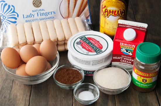"""Tiramisu là món bánh tráng miệng nổi tiếng, xuất hiện phổ biến trong thực đơn của các nhà hàng trên khắp thế giới. Bánh có nguồn gốc xuất xứ từ nước Ý đầy thơ mộng, hội tụ đầy đủ tinh hoa ẩm thực từ hương vị cho đến cách trình bày. Bánh Tiramisu tượng trưng cho tình yêu đôi lứa vì trong tiếng Ý, """"Tiramisu"""" có nghĩa là """"pick me up"""" – """"hãy mang em đi"""", """"đừng quên em"""", """"hãy nhớ đến em"""". Các loại bánh Tiramisu: Ngày nay, ngoài cách làm cơ bản người đầu bếp còn tạo nên các biến thể như: Tiramisu chocolate, tiramisu sữa chua, Tiramisu dâu, Tiramisu phúc bồn tử, Tiramisu bia… hoặc dùng các loại bánh ngọt, bánh mì khác để thay thế cho bánh lady fingers (bánh sampa)."""