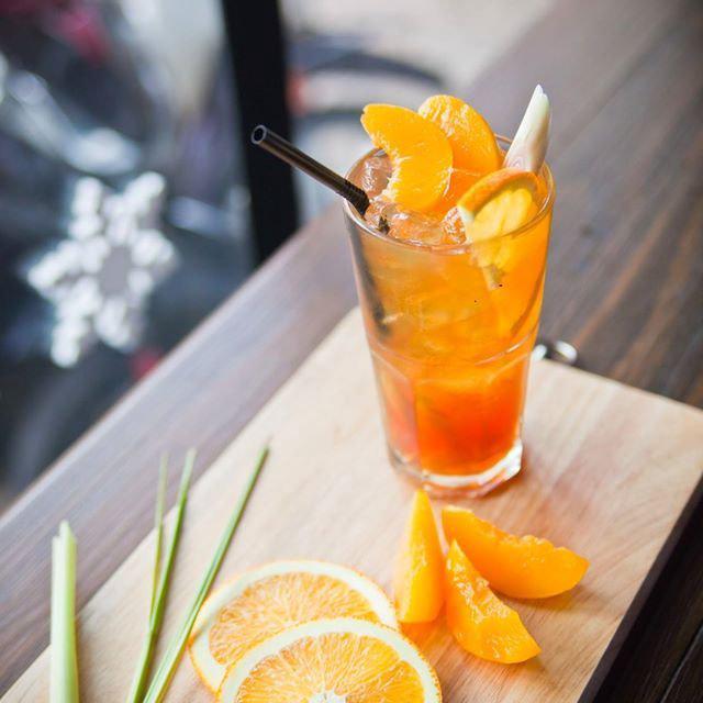 Vì sử dụng cam vàng nên thành phẩm không bị đắng, kết hợp cùng tinh dầu thong thoảng từ sả, hương vị hòa quyện với nhau khiến thức uống có độ hấp dẫn rất đặc biệt.