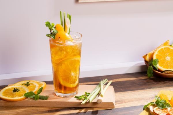 Cách pha chế: Bước 1:Cam vàng mua về bạn rửa sạch rồi cắt đôi quả cam, một nửa cắt múi cau, nửa còn lại vắt lấy nước cốt. Sả cắt gốc, bỏ phần vỏ già héo bên ngoài và lá. Cắt sả làm 2 hoặc 3 phần theo chiều dọc rồi đập dập cho vào nồi đun lấy nước, để lại 1 cây trang trí. Nước đun sôi đổ vào cốc rồi cho 2 túi trà vào ngâm trong khoảng 3 phút. Bước 2:Cho nước cốt sả, nước cốt cam, nước trà, đá viên vào bình lắc rồi lắc đều tay cho đến khi thân bình lạnh thì ngưng, việc lắc bình sẽ tạo nên một lớp bọt mỏng đẹp mắt. Sau đó cho thêm syrup đào và syrup cam vào ly trà cho vị đậm đà hơn. Bước 3:Sau khi nếm vừa miệng, bạn cho thêm đào ngâm vào, cam cắt lát, 1 cây sả rồi thưởng thức. Vậy là hoàn thành món trà đào cam sả thơm ngon, bạn có thể dùng một cọng sả thay thế cho đồ khuấy sẽ là điểm nhấn, khiến người thưởng thức thêm thích thú với món thức uống tuyệt vời này của bạn. Ngoài trà đào cam sả, bạn có thể làm trà đào chanh sả để thỉnh thoảng đổi vị cho trà đào sả.