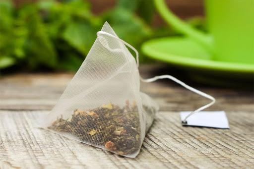Những lợi ích gì khi chúng ta sử dụng máy đóng gói trà túi lọc 3 trong 1: Tăng sự thẩm mỹ cho gói trà túi lọc:  Tăng độ thẩm mỹ cho sản phẩm được xem là công dụng đầu tiên của sản phẩm sau khi sản xuất. Việc sản xuất trà túi lọc phải trải qua rất nhiều công đoạn khác nhau từ thu mua nguyên liệu, sản xuất, chế biến, đóng gói, bảo quản và vận chuyển. Đóng gói được xem là công đoạn cuối cùng vì nó quá trình định lượng chính xác và bảo quản sản phẩm được tốt hơn. Đưa đến cho người tiêu dùng sản phẩm đã được hoàn thiện về mặt hình thức lẫn chất lượng tuyệt vời  Đẩy nhanh quá trình sản xuất và nâng cao sản phẩm:  Công việc đóng gói trà túi lọc đòi hỏi tính tỉ mỉ rất cao, khi sử dụng phương pháp thủ công thì tốn rất nhiều thời gian cho khâu sản xuất và chưa kể đến vệ sinh không được đảm bảo. Máy đóng gói trà túi lọc hoạt động liên tục chính xác giúp quá trình sản xuất được rút ngắn đi rất nhiều lần.  Các phương pháp truyền thống thì cần lượng nhân công lớn vừa tốn chi phí và thời gian. Tốn thời gian và chi phí về đầu tư, về quản lý. Nếu bạn đầu tư vào máy đóng gói thì sẽ rút ngắn đi rất nhiều đồng thời chất lượng sẽ tốt. Việc vận dụng máy móc vào sản xuất giúp tiết kiệm sức người rất nhiều lần và với sự phát triển này thì việc sử dụng máy đóng gói trà túi lọc giúp cho sản phẩm của doanh nghiệp được nhiều người biết đến và sử dụng nhiều hơn  Tiết kiệm được chi phí sản xuất:  Việc sử dụng máy đóng gói trà túi lọc còn giúp tiết kiệm chi phí sản xuất và đầu tư rất nhiều. Đây có thể nói là ưu thế lớn nhất của việc đầu tư máy đóng gói so với thời điểm bây giờ. Thông thường lợi nhuận của doanh nghiệp tỷ lệ nghịch với chi phi. Chi phí càng thấp mức lời trong sản xuất càng cao. Khi có lợi nhuận lớn các doanh nghiệp có thể mở rộng quy mô sản xuất lên.  Khi thuê nhân công cho công đoạn đóng thì cần số lượng lớn, các doanh nghiệp phải bỏ ra số tiền nhiều hơn cho việc trả lương các khoản trợ cấp khác.... Như vậy, việc sử dụng máy đóng gói trà túi lọc bây giờ vừa có thể giảm bớt nhân cô