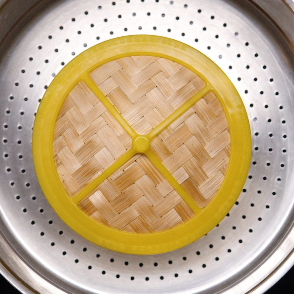 Cách làm há cảo hấp nhân tôm thịt: Bước 1: Sơ chế nguyên liệu: – Thịt heo rửa sạch, để ráo nước rồi băm nhuyễn. Không nên xay kỹ quá, thịt nát quá sẽ ảnh hưởng đến vị ngon của há cảo. – Tôm tươi rửa sạch, bóc vỏ, bỏ đầu, rút hết phần chỉ đen ở sống lưng, bóc vỏ, băm nhỏ thịt tôm. – Nấm mèo ngâm với nước cho nở, cắt chân, rửa sạch rồi băm nhuyễn. – Hành tím bóc vỏ, đập dập, băm nhuyễn. Hành lá nhặt gốc, rửa sạch, thái thật nhỏ. Cà rốt gọt vỏ, rửa sạch, xắt hạt lựu nhỏ hoặc băm nhỏ. Bước 2: Trộn bột làm vỏ bánh: – Bột năng và bột gạo trộn chung vào một tô lớn. Lấy khoảng 200ml nước sôi có muối vào một tô khác, khuấy đều đến khi muối tan, nước nguội bớt thì đổ từ từ vào tô bột. – Dùng đũa khuấy đều nước với bột rồi dùng tay nhào bột thành một khối mịn, dẻo và không dính tay. Ủ bột trong vòng 5 phút. Bước 3: Trộn nhân bánh: – Cho tất cả nguyên liệu bao gồm thịt heo, tôm, cà rốt, nấm mèo, hành tím, hành lá vào một cái tô, thêm gia vị rồi trộn đều tất cả. Nêm nếm gia vị sao cho vừa ăn. Tùy vào khẩu vị mỗi gia đình mà nêm nếm khác nhau và nguyên liệu chuẩn bị cũng khác nhau Bước 4: Cách làm há cảo phần vỏ bánh: – Sau khi ủ, bột mềm và mịn hơn, bạn dùng tay vê bột thành những đoạn dài, tròn rồi cắt bột thành những miếng dày. Tiếp đó, dùng cây cán bột hoặc chai thủy tinh sạch cán cho miếng bột thật mỏng, hình tròn, độ dài vừa phải, vỏ bánh mỏng quá hoặc dày quá cũng không nên. – Khi cán bột, bạn đậy kín những phần bột chưa làm bằng màng bọc ni lông vì nếu để lâu trong không khí bột sẽ bị khô. Tránh các côn trùng đậu vào gây mất vệ sinh Bước 5: Cho nhân vào vỏ há cảo: – Lấy lượng nhân vừa đủ cho vào giữa miếng bột, dùng tay nhúng chút nước bôi quanh mép của miếng bột rồi gấp đôi lại, bóp nhẹ để hai mép của miếng bột dính nhau. Dùng ngón trỏ và ngón cái bóp nhẹ từng mép bánh và xếp chồng lên nhau cho đẹp. Làm lần lượt cho đến khi hết nguyên liệu. – Nếu bạn không được khéo tay, thì bạn có thể sử dụng khuôn làm bánh được bán trên thị trường để tạo hình trong đẹp mắt hơn Bước 6: 