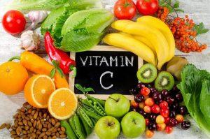 """Tăng sức đề kháng vào mùa dịch rất quan trọng,bên cạnh khẩu trang, nước sát khuẩn bạn cũng cần nâng cao sức đề kháng để chống lại sự xâm nhập của virus. Một trong những phương pháp hữu hiệu nhất chính là sử dụng các thực phẩm tăng sức đề kháng. Trái cây thuộc họ cam quýt: Cam, quýt, bưởi và những loại hoa quả thuộc họ cam quýt là các loại trái cây tăng sức đề kháng tốt nhất mà bạn nên sử dụng. Bởi lẽ, hàm lượng vitamin C có trong những loại quả này là vô cùng lớn, sẽ giúp tăng cường hệ miễn dịch một cách tự nhiên, không gây hại đến cơ thể. Điều này đặc biệt quan trọng khi vitamin C là nhóm chất bão hòa, tan trong nước và cơ thể con người hoàn toàn không có khả năng sản sinh hoạt dự trữ. Do đó, vào thời điểm dịch bệnh đang phát triển hay để phòng tránh mắc bệnh thông thường bạn nên duy trì việc bổ sung vitamin C qua các loại trái cây này đều đặn. Vitamin C được cho là thúc đẩy quá trình sản xuất tế bào bạch cầu. Đây là chìa khóa để chống lại virus và nhiễm trùng. Những trái cây phổ biến bao gồm: Bưởi, cam, quýt và chanh. Bông cải xanh: Thực phẩm tăng sức đề kháng cho trẻ chính là những bông cải xanh tươi, giòn ngọt. Các nghiên cứu dinh dưỡng đều chỉ ra rằng trong bông cải có chứa hàm lượng vitamin và khoáng chất dồi dào như vitamin A, E và sắt, kẽm, magie,… Đặc biệt hàm lượng vitamin C có trong loại thực phẩm này chính là """"chìa khóa"""" để bạn có được sức đề kháng tốt nhất. Giúp bổ sung vitamin và khoáng chất. Một số loại vitamin có trong cải như: vitamin A, C và E, cũng như nhiều chất chống oxy hóa và chất xơ khác, đây được xem là một trong những loại rau tốt nhất cho sức khỏe. Gừng: Để tăng sức đề kháng cho người già, gừng là loại thực phẩm không thể bỏ qua. Không chỉ có tác dụng tuyệt vời giúp giải cảm, giảm viêm, giảm đau họng, giảm buồn nôn… gừng còn giảm các triệu chứng đau và làm chậm quá trình tạo cholesterol. Gừng cũng là một trong những thực phẩm có đặc tính giúp giảm viêm, giảm đau họng và buồn nôn. Tinh Gừng tươi mỗi ngày 1-2 ly vào buổi xế và buổi tối trước"""