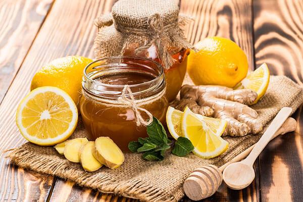 """Tăng sức đề kháng vào mùa dịch rất quan trọng,bên cạnh khẩu trang, nước sát khuẩn bạn cũng cần nâng cao sức đề kháng để chống lại sự xâm nhập của virus. Một trong những phương pháp hữu hiệu nhất chính là sử dụng các thực phẩm tăng sức đề kháng.  Trái cây thuộc họ cam quýt:  Cam, quýt, bưởi và những loại hoa quả thuộc họ cam quýt là các loại trái cây tăng sức đề kháng tốt nhất mà bạn nên sử dụng. Bởi lẽ, hàm lượng vitamin C có trong những loại quả này là vô cùng lớn, sẽ giúp tăng cường hệ miễn dịch một cách tự nhiên, không gây hại đến cơ thể.  Điều này đặc biệt quan trọng khi vitamin C là nhóm chất bão hòa, tan trong nước và cơ thể con người hoàn toàn không có khả năng sản sinh hoạt dự trữ. Do đó, vào thời điểm dịch bệnh đang phát triển hay để phòng tránh mắc bệnh thông thường bạn nên duy trì việc bổ sung vitamin C qua các loại trái cây này đều đặn.  Vitamin C được cho là thúc đẩy quá trình sản xuất tế bào bạch cầu. Đây là chìa khóa để chống lại virus và nhiễm trùng. Những trái cây phổ biến bao gồm: Bưởi, cam, quýt và chanh.     Bông cải xanh:  Thực phẩm tăng sức đề kháng cho trẻ chính là những bông cải xanh tươi, giòn ngọt. Các nghiên cứu dinh dưỡng đều chỉ ra rằng trong bông cải có chứa hàm lượng vitamin và khoáng chất dồi dào như vitamin A, E và sắt, kẽm, magie,… Đặc biệt hàm lượng vitamin C có trong loại thực phẩm này chính là """"chìa khóa"""" để bạn có được sức đề kháng tốt nhất.  Giúp bổ sung vitamin và khoáng chất. Một số loại vitamin có trong cải như: vitamin A, C và E, cũng như nhiều chất chống oxy hóa và chất xơ khác, đây được xem là một trong những loại rau tốt nhất cho sức khỏe.  Gừng:  Để tăng sức đề kháng cho người già, gừng là loại thực phẩm không thể bỏ qua. Không chỉ có tác dụng tuyệt vời giúp giải cảm, giảm viêm, giảm đau họng, giảm buồn nôn… gừng còn giảm các triệu chứng đau và làm chậm quá trình tạo cholesterol.  Gừng cũng là một trong những thực phẩm có đặc tính giúp giảm viêm, giảm đau họng và buồn nôn. Tinh Gừng tươi mỗi ngày 1-2 ly vào buổi xế và b"""