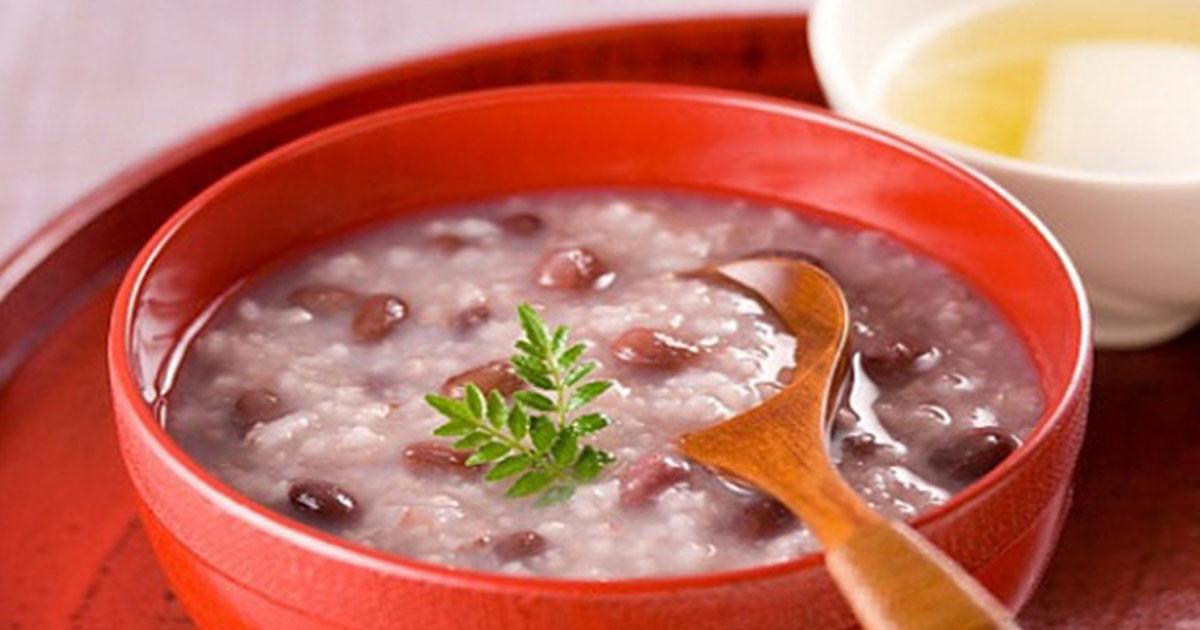 Trong thời gian dịch bệnh diễn ra phức tạp, ta nên hạn chế ăn các món không tốt cho sức, nhiều dầu mỡ, ít rau xanh, không thường xuyên ăn trái cây,... như thế sẽ làm hệ miễn dịch của chúng ta không hoạt động tốt, dễ bệnh.  Món ăn mùa dịch là những thực phẩm, giúp dự phòng nhiễm bệnh do COVID-19 gây ra cũng như đẩy nhanh quá trình hồi phục bệnh. Nhằm nâng cao sức đề khánggiàu dinh dưỡng và uống nhiều nước có thể cung cấp các dưỡng chất thiết yếu cho cơ thể và giúp cơ thể không bị thiếu nướcủa bản thân chính là biện pháp bảo vệ sức khỏe hiệu quả nhất, đặc biệt là trong mùa dịch. Dưới đây là các loại thực phẩm nên dùng để làm tăng cường miễn dịch của bạn.  Bạn có biết vì sao ta cần phải bồi bổ sức khỏe không?  Bồi bổ sức khỏe là việc cần thiết sau những ngày làm việc mệt mỏi, suy nhược cơ thể hay stress kéo dài. Hoặc sau khi kết thúc điều trị bệnh lý nào đó thì việc bổ sung các món ăn bồi bổ sức khỏe là điều quan trọng. Không những vậy, mỗi ngày cần xây dựng thực đơn ăn uống healthy, khoa học, phù hợp với bản thân để ngăn ngừa bệnh tật, đặc biệt trong bối cảnh dịch bệnh Covid-19 đang hoành hành.  Bồi bổ sức khỏe bằng nhiều cách ví dụ như tập thể dục hằng ngày, không dùng các chất độc hại cho cơ thể, tránh ăn các thức ăn chế biến sẵn, ăn đầy đủ các chất dinh dưỡng.  Các chất dinh dưỡng, các món ăn mùa dịch cần thiết cho cơ thể:  Tìm hiểu các chất dinh dưỡng sau để xây dựng một thực đơn ăn uống khoa học vừa cung cấp các chất dinh dưỡng cần thiết, vừa ngăn ngừa và tăng sức đề kháng.  1. Protein là món ăn mùa dịch đầu tiên cần có trong thực đơn:  Trong mỗi bữa ăn hàng ngày cần bổ sung thực phẩm nhiều đạm. Bởi vì protein là chất dinh dưỡng quan trọng và thiết yếu đối với cơ thể. Nó tham gia vào hầu hết các hoạt động như giúp tăng trưởng và duy trì các mô, tạo phản ứng sinh hóa, hỗ trợ trong quá trình truyền tín hiệu, định hình cấu trúc mô tế bào.  Ngoài ra, chất dinh dưỡng này còn giúp hình thành kháng thể chống nhiễm trùng, bảo vệ cơ thể bởi các tác nhân có hại như vi khuẩ