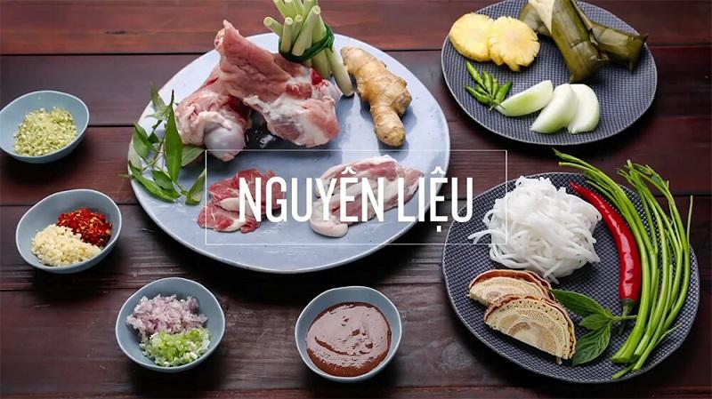 """Bún bò Huế là một trong những đặc sản của xứ Huế, mặc dù món bún này phổ biến trên cả ba miền ở Việt Nam và ở nước ngoài. Tại Huế, món này được gọi đơn giản là """"bún bò"""" hoặc gọi cụ thể hơn là """"bún bò giò heo"""". Các địa phương khác gọi là """"bún bò Huế"""", """"bún bò gốc Huế"""" để chỉ xuất xứ của món ăn này. Món ăn có nguyên liệu chính là bún, thịt bắp bò, giò heo, cùng nước dùng có màu đỏ đặc trưng và vị sả và ruốc. Đôi khi tô bún còn được thêm vào thịt bò tái, chả cua, .... các loại nguyên liệu khác tùy theo sở thích của người nấu và tùy thuộc vào mỗi vùng miền khác nhau cách nêm nếm sẽ khác nhau để cho phù hợp cách ăn nơi đó.  Ở xứ Huế, người ta có cách nêm nước dùng rất riêng biệt như thường nêm vào một ít mắm ruốc, góp phần làm nên hương vị rất riêng của nồi bún bò Huế. Sau khi xương bò được hầm chín tới, người ta thường thêm vào một ít chả heo hay chả cua được quết nhuyễn. Thịt bò có thể được cắt mỏng, nhúng vào nước dùng đang sôi trước khi cho vào tô bún (gọi là thịt bò tái). Người ta cũng thường cho thêm một ít ớt bột và gia vị vào tô bún rồi ăn với rau sống gồm giá, rau thơm, xà lách, rau cải con, bắp chuối cắt nhỏ.  Nguyên liệu nấu bún bò Huế, ta có gì: Sợi bún bò 500gr bắp bò 500gr xương heo hoặc xương bò Chả Huế 3 muỗng mắm ruốc Chả cua Sả, gừng, tỏi, hành tím, ớt bột Thảo quả, hoa hồi, thanh quế 1 củ hành tây Hạt màu điều Chanh, ớt, hành lá, rau răm Các loại rau sống ăn kèm: Giá, xà lách, Húng quế, tía tô, bắp chuối bào, rau muống bào,… Gia vị: Hạt nêm, muối, nước mắm, bột ngọt, đường, dầu ăn,…. Cách nấu bún bò Huế: Bước 1: Sơ chế nguyên liệu  – Rửa sạch xương, rồi trụng sơ qua với nước sôi để loại bỏ chất dơ, nồi nước dùng sẽ trong hơn sau khi nấu.  – Gừng, hành tím làm sạch vỏ, sau đó cho vào trong giấy bạc với hoa hồi và quế, đem đi nướng ở trong lò 7 phút ở nhiệt độ 180 độ C.  – Sả rửa sạch, đập dập rồi cắt thành từng khúc khoảng 5cm.  – Hành tây lột vỏ, rửa sạch, rồi cắt thành từng lát mỏng, sau đó cho vào trong tô nước đá lạnh, ngâm trong 5 – 10 phút để giảm"""