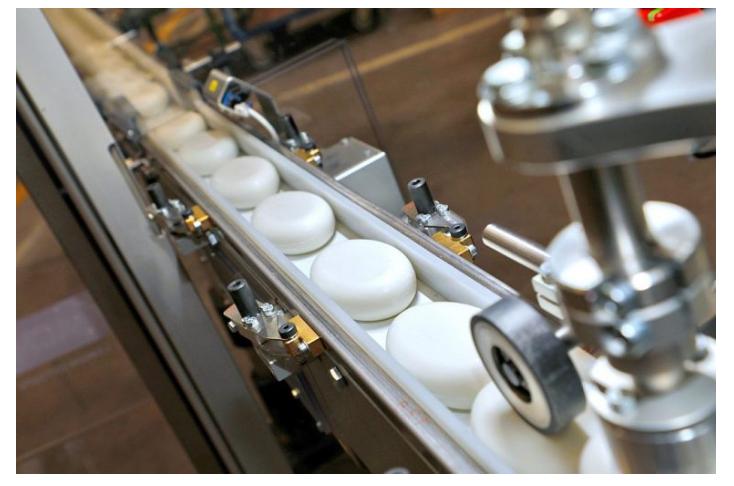 Xà phòng ( xà bông ) là sản phẩm được biết đến từ sự cố tế thần trên dòng sông Nin có từ 3000 năm trước Công Nguyên - là một chất tẩy rửa giúp cơ thể chúng được sử dụng để làm sạch cơ thể, vật dụng,... tẩy rửa các vết bẩn, vết dầu mỡ, diệt vi khuẩn. Thành phần của xà phòng là muối natri hoặc kali của axít béo. Xà phòng được dùng dưới dạng bánh, bột hoặc chất lỏng.  Vì thế xà phòng được phân loại thành xà phòng cứng (chứa natri) và xà phòng mềm (chứa kali). Loại xà phòng này có một nhược điểm là không giặt được trong nước cứng vì nó tạo các kết tủa với các ion calci và magiê bết lên mặt vải làm vải chóng mục. Về sau, xà phòng được sản xuất từ dầu mỏ. Vì thế nó đã khắc phục được nhược điểm trên để có thể giặt được quần áo bằng nước cứng.  Máy đóng gói xà phòng ra đời làm cho sản phẩm ngày đa dạng hơn, quy trình đóng gói ngày càng phong phú, chất lượng sản phẩm đồng nhất không như các sản xuất truyền thống,... Hiện tại trên thị trường có rất nhiều loại thiết bị khác nhau, bạn có thể đang phân vân và khó lựa chọn cho doanh nghiệp mình chiếc máy đóng gói phù hợp. Máy đóng gói An Thành sẽ tư vấn và hỗ trợ tìm ra chiếc máy phù hợp nhé!  Máy đóng gói xà phòng tự động:  Thiết bị được trang bị các bộ phận tân tiến có thể sản xuất và đóng gói các sản phẩm khác nhau như bột gia vị, bột giặt, bột cà phê, ngoài ra có thể điều chỉnh thiết bị để đóng gói các loại túi đa dạng khác.     Tính năng chính của thiết bị ta có gì?  1. Tự động các tính năng của cân với Hình thức Điền vào loại con dấu, hiệu quả và đơn giản để sử dụng.  2. Sử dụng thương hiệu nổi tiếng điện và penumatic thành phần, ổn định và cuộc sống lâu dài vòng tròn.  3. Sử dụng cao thành phần cơ khí, làm giảm các mặc outless.  4. Dễ dàng để cài Đặt phim, tự động sửa chữa các chuyến tham quan của bộ phim.  5. Áp dụng tiên tiến hoạt động hệ thống, dễ dàng để sử dụng và reprogramable. Để được sử dụng trên Jintian máy chất lượng Cao, nó làm cho đóng gói của bạn làm việc dễ dàng và hiệu quả.  Cấu trúc của máy đóng gói xà phòn