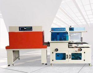 Màng PE thường dùng đóng gói các sản phẩm tạo ra sự chắc chắn, khỏi các tác nhân đến từ môi trường bên ngoài vì chúng cos sự đàn hồi cao, độ bền và co dãn lớn. Màng PE đóng gói được sản xuất từ quá trình co nhiệt theo công nghệ hiện đại các hạt nhựa PE. Sau khi trải qua quá trình sản xuất này, các hạt nhựa PE có độ bền và độ dẻo lớn hơn. Chính vì thế, màng PE được sử dụng rất nhiều để đóng gói hàng hoá. Màng PE dùng trong đóng gói hàng hoá hay màng PE đóng gói đòi hỏi có yêu cầu chất lượng đặc biệt. Loại màng PE đóng gói cần có tiêu chuẩn như thế nào? Máy đóng gói màng PE là loại máy đóng gói rút màng co này giúp các doanh nghiệp cho ra thành phẩm với tốc độ nhanh hơn. Nhờ đó, sản phẩm ra đời có tính thẩm mỹ cao hơn, chắc chắn hơn, bền hơn. Loại màng PE dùng trong máy đóng gói màng PE: - Loại màng PE thích hợp trong đóng gói hàng hoá nhất hiện nay là loại màng có độ dày từ 21 đến 23 micron. Đây cũng chính là loại màng được sử dụng trong các loại màng quấn màng PE đóng gói hiện nay. - Nếu sử dụng màng PE trong đóng gói, chúng ta nên sử dụng kèm thêm máy đóng màng PE để hoàn thiện các bước kĩ thuật khác. Máy quấn màng có lực kéo lớn nên màng PE đóng gói cũng đòi hỏi phải có độ dày nhất định để có thể chịu được lực kéo mà không bị rách. Tuỳ theo mẫu máy được thiết kế mà chúng ta có thể chọn cuộn màng khác nhau. Có 2 loại lõi màng PE đóng gói là lõi 1,2 kg và lõi 1.5 kg. Trọng lượng trung bình của mỗi cuộn màng PE đóng gói là 15 kg. - Để phù hợp với nhiều loại hàng hoá khác nhau, màng PE đóng gói hiện nay được thiết kế với nhiều màu sắc như trắng trong, đỏ, xanh, vàng,.. Ở nhiều cơ sở sản xuất lớn, đều nhận thiết kế màng PE đóng gói theo cầu để phù hợp với tiêu chuẩn sử dụng của doanh nghiệp trong quy trình đóng gói. Máy đóng gói màng PE đa năng: Thiết bị thích hợp cho các loại nước uống giải khát như lon, nước suối, bia, nước chai, uống, hộp các tông và các loại khác của các chai mà không cần khung dưới cùng hoặc khay dưới cùng thu nhỏ bao bì. Các tính năng của đóng gó